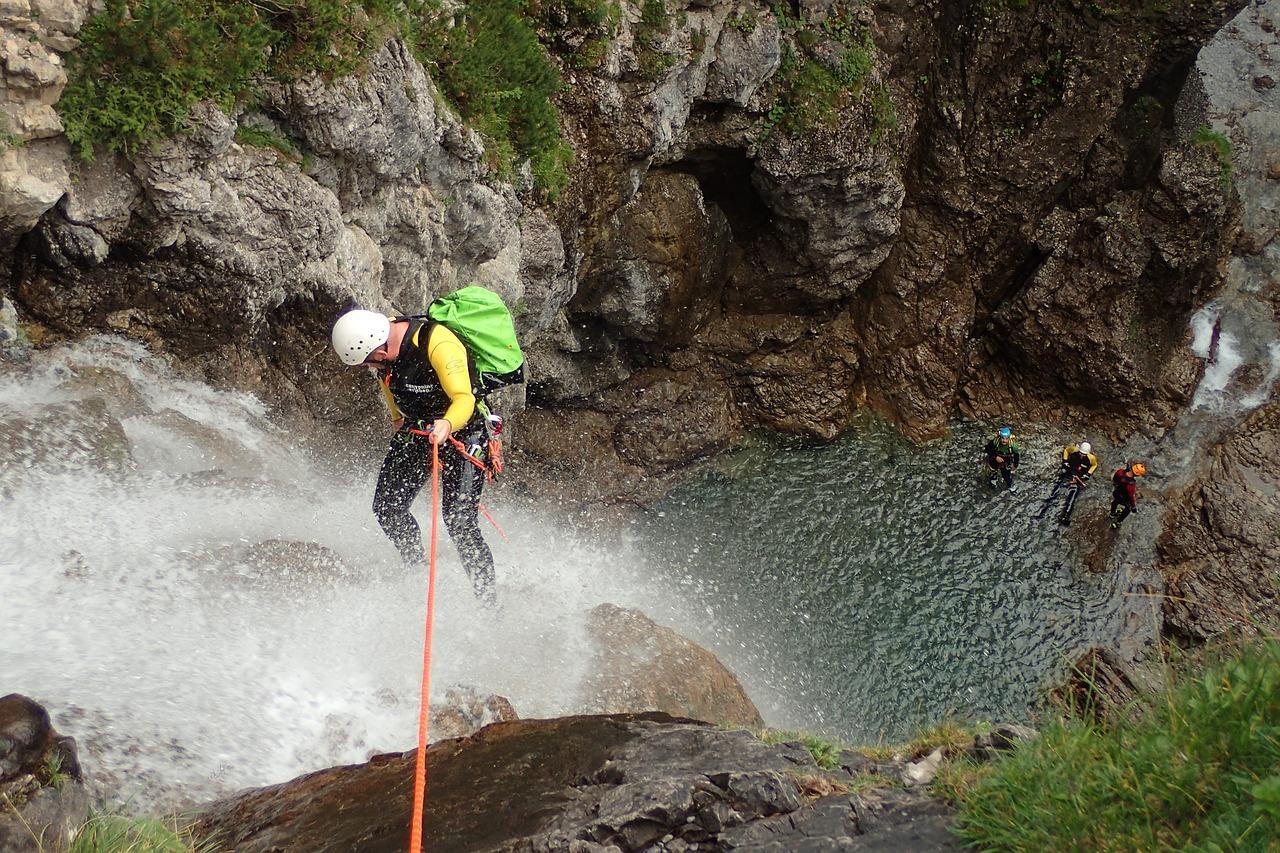 Canyoning : descente de chute d'eau en rappel